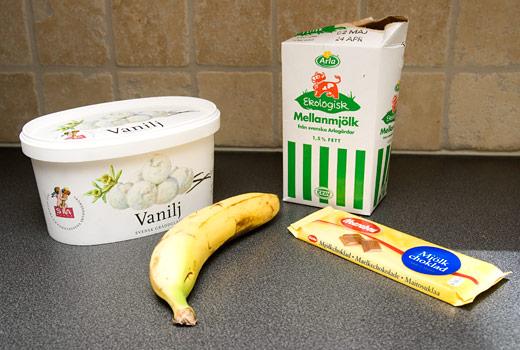 Ingredienser till banan- och vaniljmilkshake med chokladsmulor