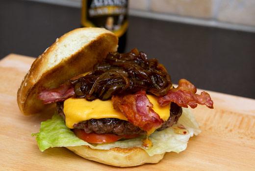 Hamburgare med ölbräserad lök, ost och bacon